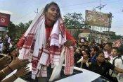 ఓపెన్ టాప్ జీబులో: డప్పులు వాయిస్తూ హిమదాస్కి ఘన స్వాగతం