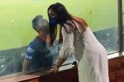 అద్దం లేకుంటేనా: భార్యకు హాట్ కిస్: కెమెరా కంటికి చిక్కిన ముంబై ఇండియన్స్ బ్యాక్బోన్