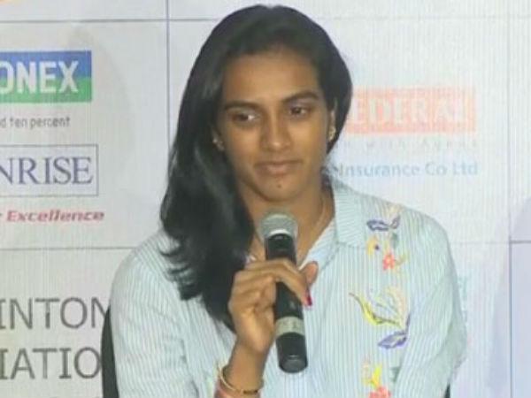 Pv Sindhu Saina Pullela Gopichand Arrived Hyderabad