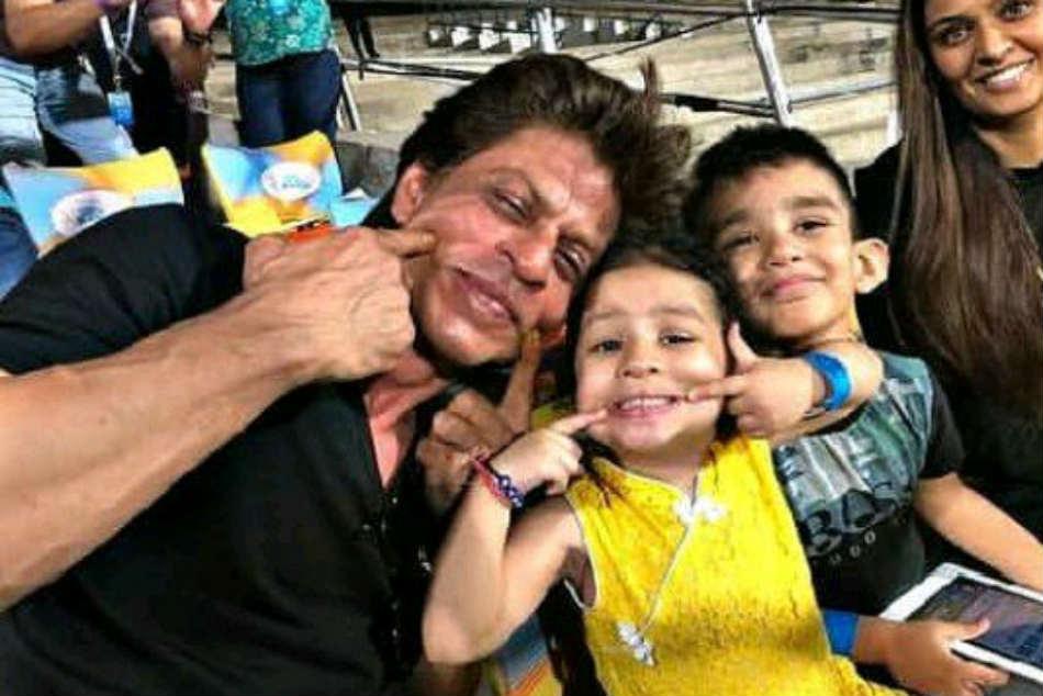 Ipl 2018 Kkr Vs Csk Ms Dhoni S Daughter Ziva Shahrukh Khan Pose For Cute Pics