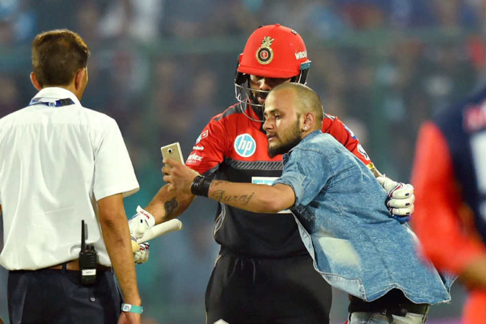 Bold fan takes selfie with Virat Kohli during DD-RCB game