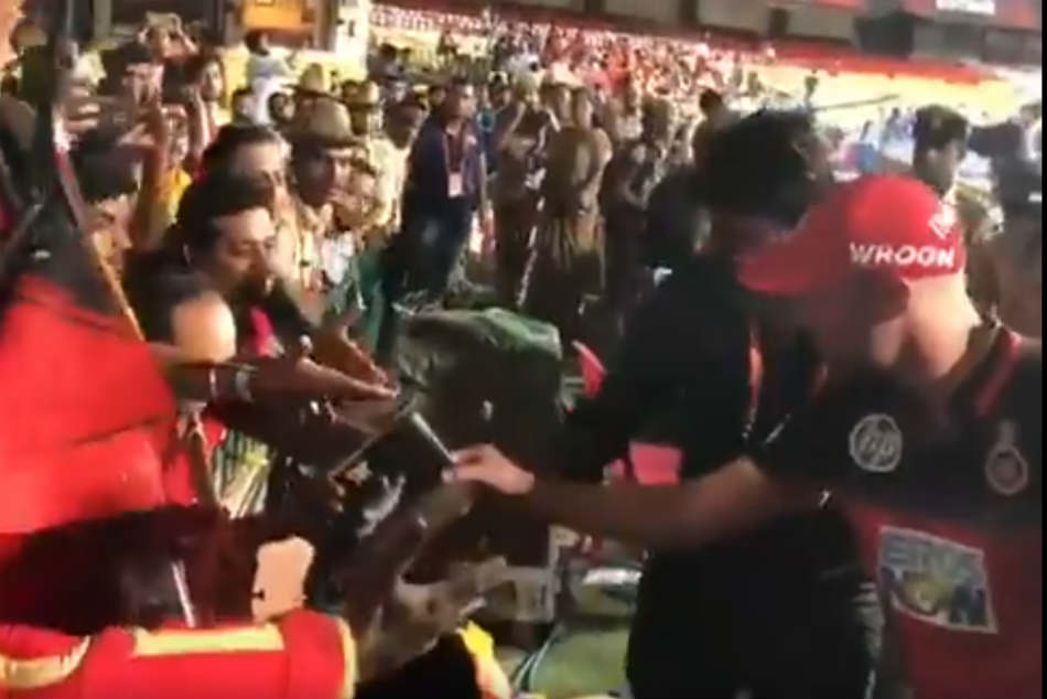 IPL 2018: AB de Villiers gives an exemplary display of his trademark sportsmanship