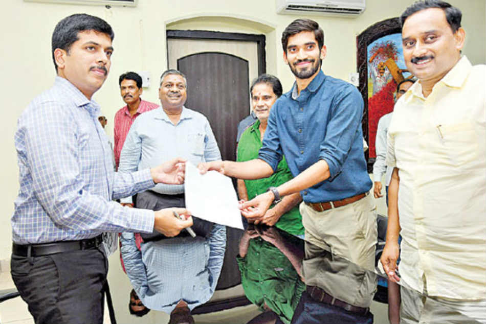 Shuttler Kidambi Srikanth takes charge as Deputy Collector in Andhra Pradesh