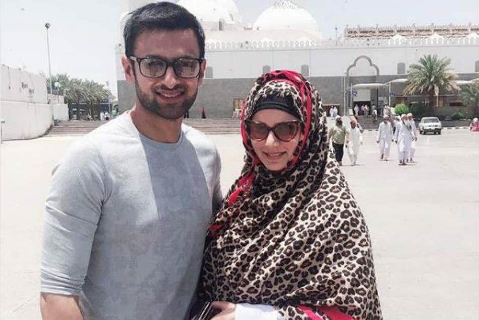 Pics Mom To Be Sania Mirza Shoaib Malik On Umrah Pilgrimage