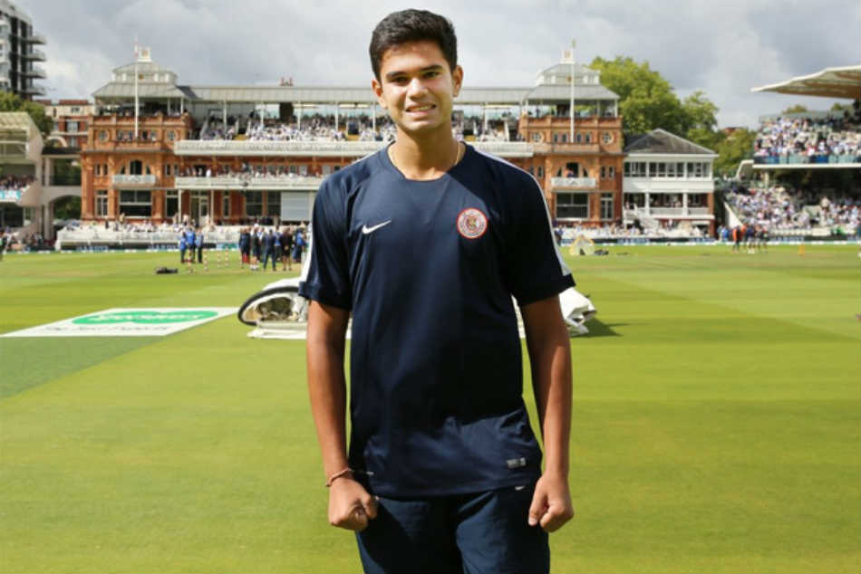 Arjun Tendulkar Lends Helping Hand to Ground Staff at Lords