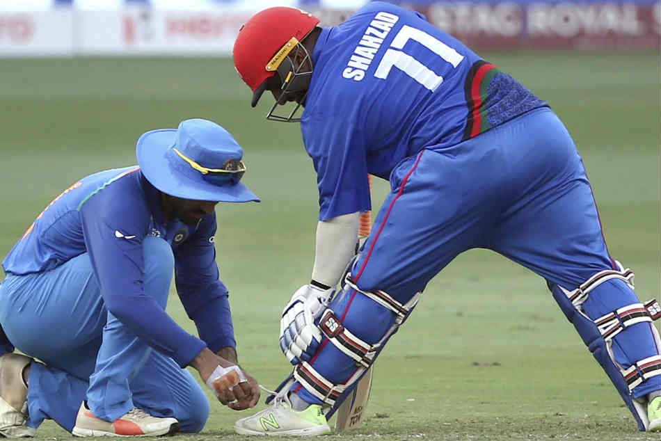 Asia Cup 2018: Dinesh Karthik ties Mohammad Shahzads shoelaces during India vs Afghanistan, wins hearts