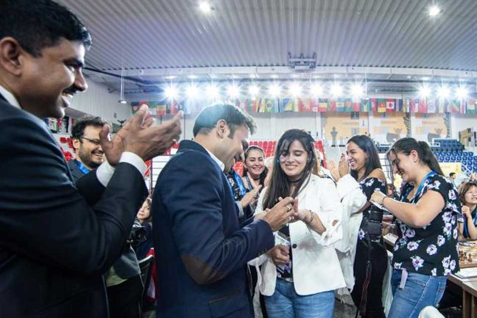 Indian journalist proposes to Colombian chess star in the middle of a tournament