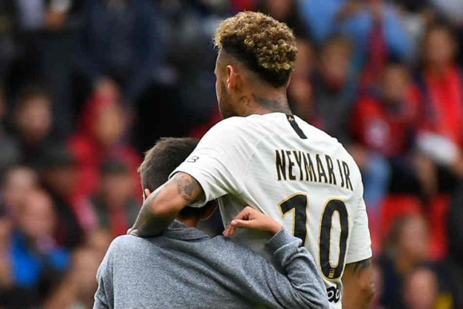 Watch Neymar handing over jersey to a young pitch invader!