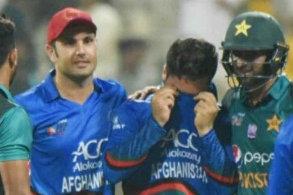 Shoaib Malik wins hearts for consoling Afghanistans Aftab Alam after Pakistan win