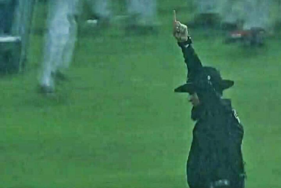 Watch True Gentleman Cricket Aleem Dar Wins Hearts With His Professionalism