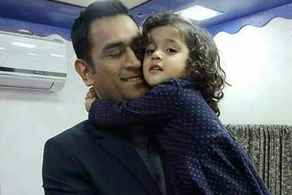 I Stay A Bus Don T Have Home Ms Dhoni Tells Little Girl Watch