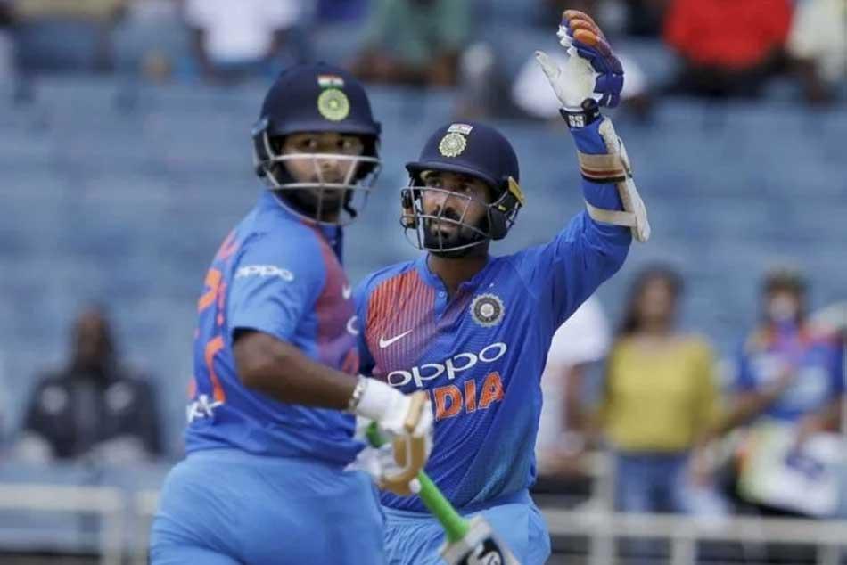 Sunil Gavaskar Picks Dinesh Karthik Ahead Rishabh Pant World Cup Squad