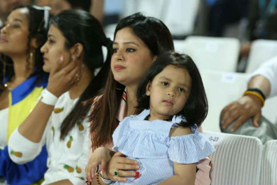Go Papa Ziva Dhoni Leads The Cheer For Ms Dhoni As Csk Battle Delhi Capitals
