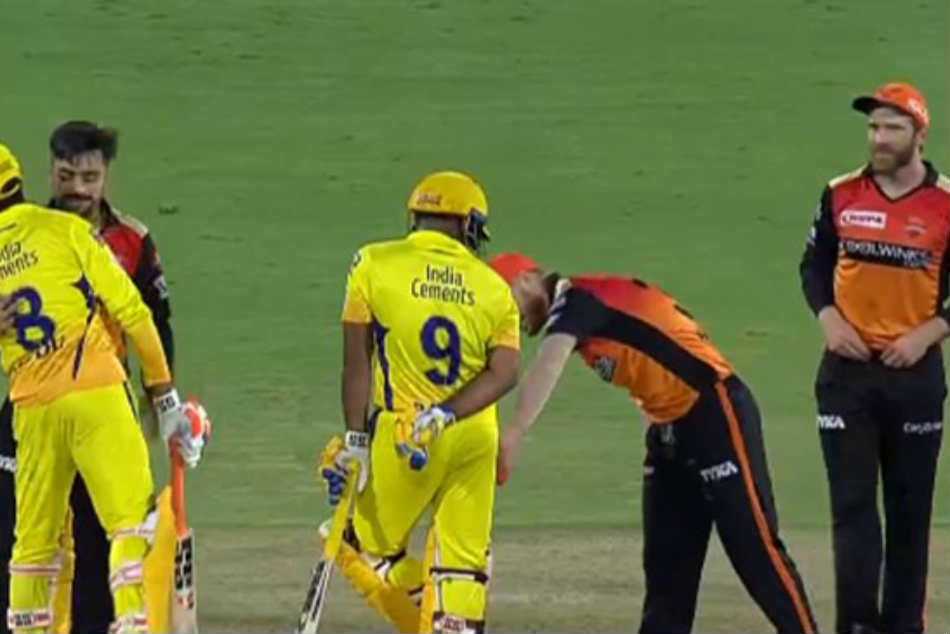 SRH vs CSK: David Warner checking if Ambati Rayudu has 3D glasses in pocket