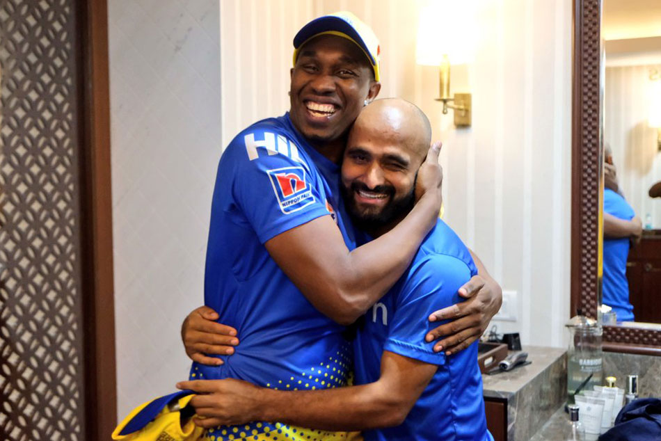 Dwayne Bravo give Chennai Super Kings teammate a new hairstyle