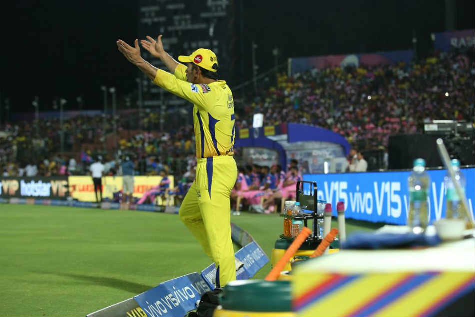 Ipl Umpire S Decision Michael Vaughan Akash Chopra Among Several Former Cricketers To Slam Ms Dhoni