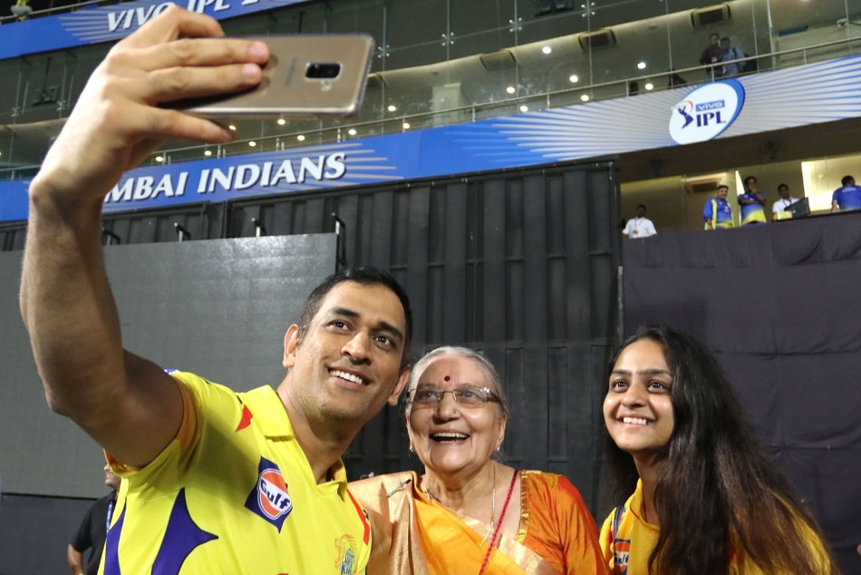Mi Vs Csk Ms Dhoni Meets His Old Fan Takes Selfie With After Match