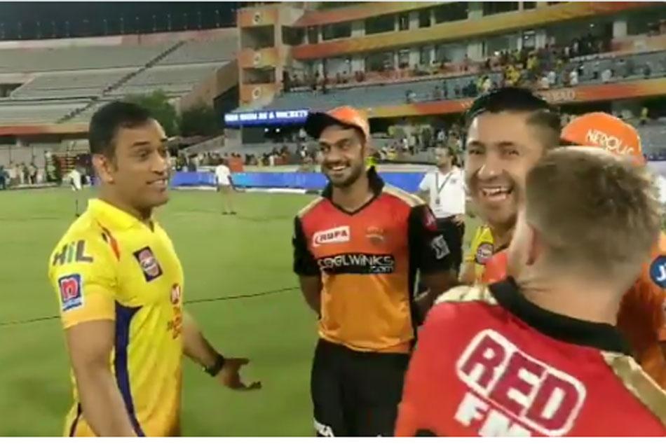 David Warner Vijay Shankar Share Light Moment With Ms Dhoni After Srh Vs Csk Match
