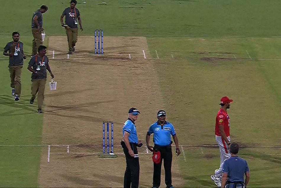 RCB vs KXIP: Players Laugh After Umpire Lost Match Ball Then Found It In His Pocket