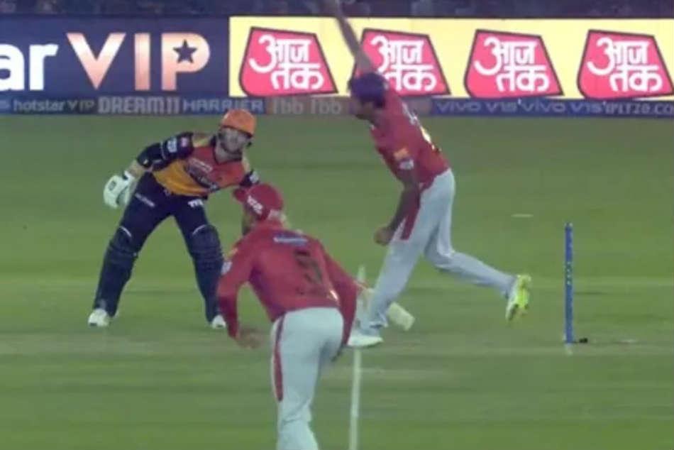 Watch Avoiding Mankad Dismissal David Warner Cautious Versus R Ashwin During Kxip Vs Srh Game