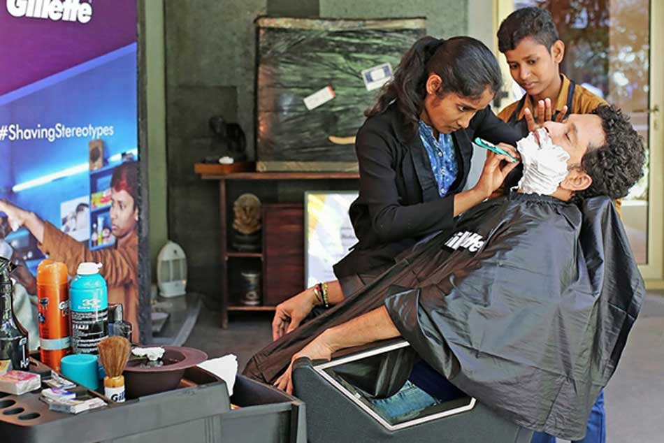 Sachin Tendulkar Gets A Shave From A Woman Says It S A First For Him