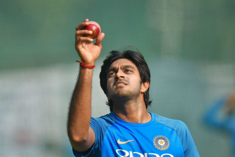Vijay Shankar suffers injury scare; gets hit on forearm