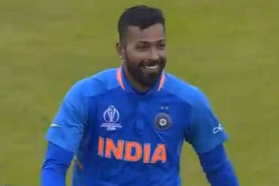 Hardik Pandya fails Sarfaraz Ahmed's attempt to charge with a bouncer; laughs him off