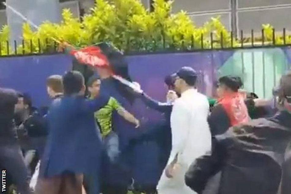 Cwc 19 Pakistan Beat Afghanistan Unruly Fans Fight Invade Pitch After Pakistan Beat Afghanistan