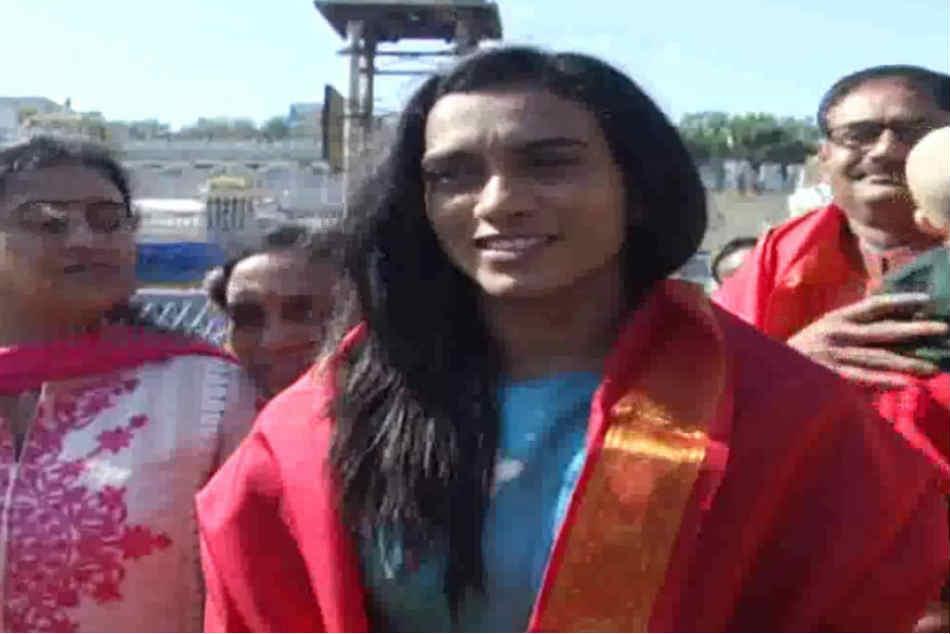 World Badminton Champion Pv Sindhu Visits Tirumala With Family