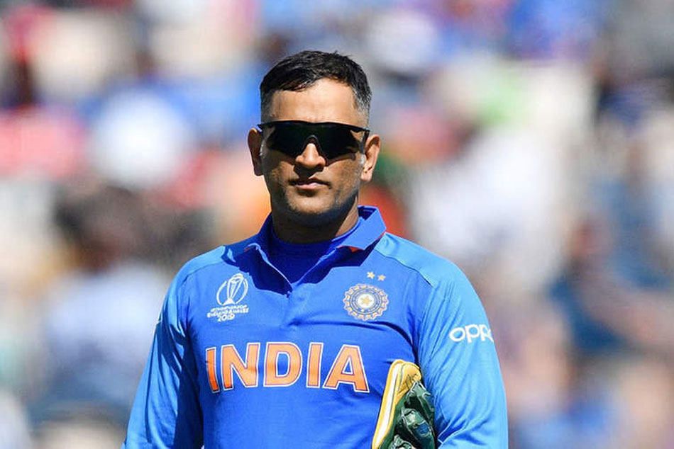MS Dhoni should go without being pushed out says Sunil Gavaskar