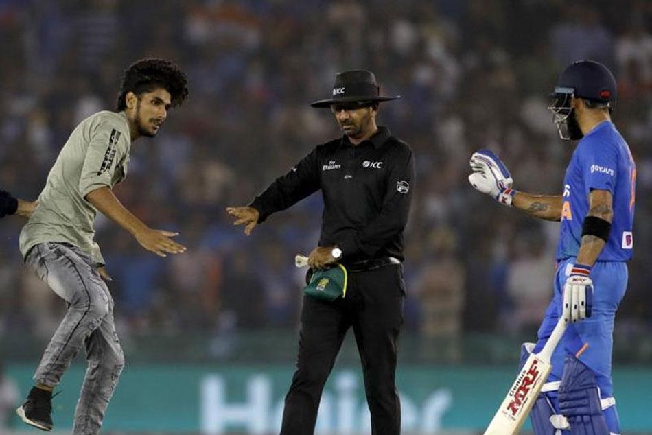 India vs South Africa: మైదానంలోకి దూసుకొచ్చిన అభిమాని.. ఆందోళనకు గురైన కోహ్లీ!!