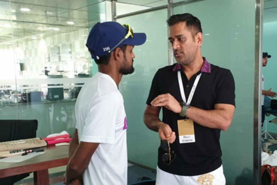 India vs South Africa: రాంచీ టెస్టులో ధోనీ సందడి.. షాబాజ్ నదీమ్తో ఏం మాట్లాడంటే?!!
