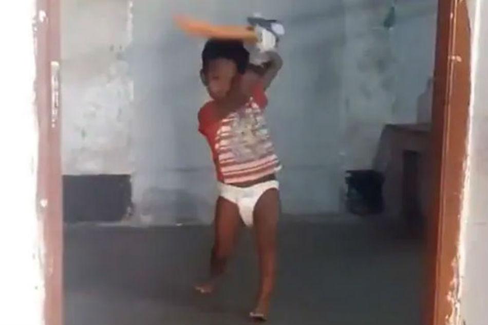 సచిన్ మళ్లీ పుట్టాడు!: క్లబ్ క్రికెటర్లను మించి డైపర్ బుడతడి వీడియో వైరల్