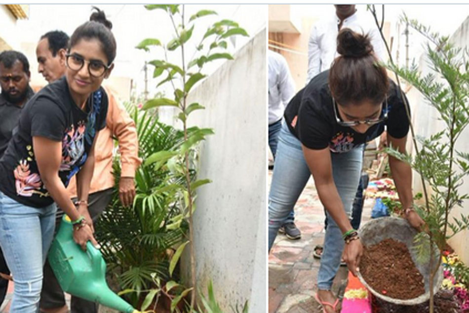 Indian Cricketer Mithali Raj Planted Saplings in Hyderabad House, Throws Green Challenge to Sourav Ganguly