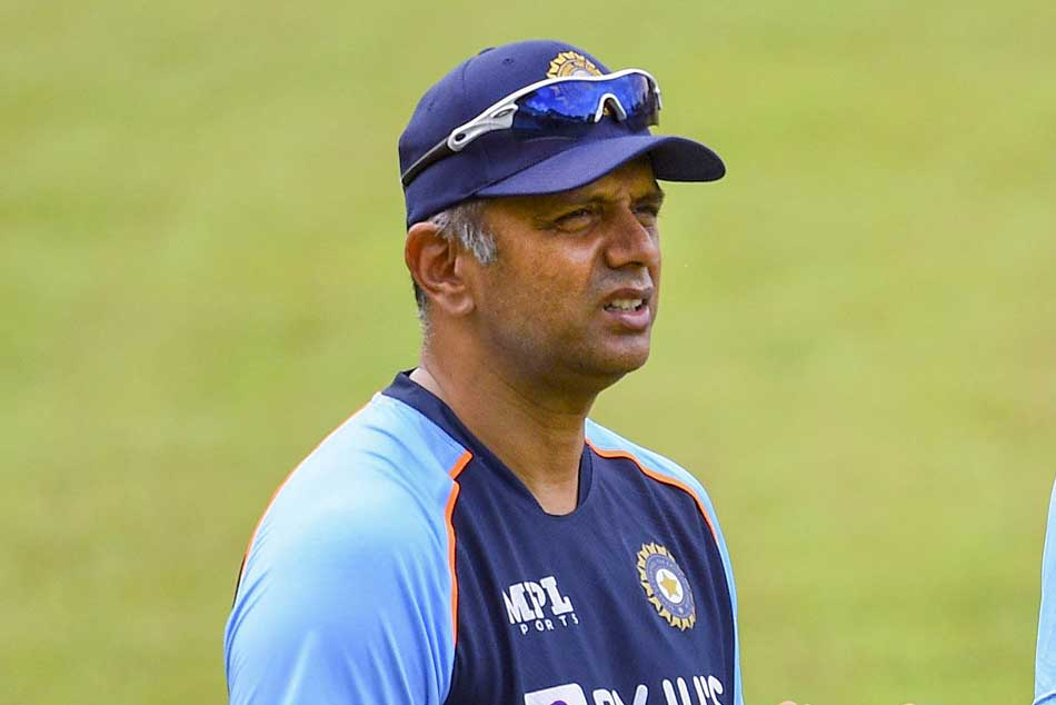 <strong>India vs Sri Lanka: ఎమోషనల్ అయిన రాహుల్ ద్రవిడ్..డ్రస్సింగ్ రూమ్ నుంచి మైదానంలోకి వచ్చి (వీడియో)</strong>