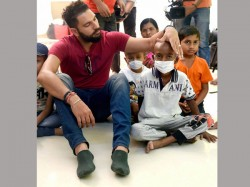 Ahead Christmas Yuvraj Singh Spends Time With Cancer Afflicted Children