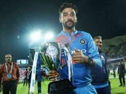 Watch Virat Kohli S Classy Gesture Hand Trophy Mohammed Siraj