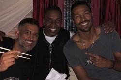 Dwayne Bravo S Dinner With His Brothers Ms Dhoni Hardik Pandya In London