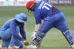 Asia Cup 2018 Dinesh Karthik Ties Mohammad Shahzad S Shoelaces During India Vs Afghanistan