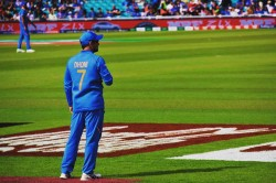 Icc Cricket World Cup 2019 Ms Dhoni Gives Wicket Keeping Gloves To Dinesh Karthik