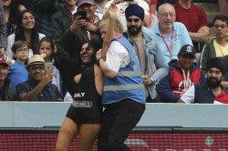 Icc World Cup 2019 Pitch Invader Tries To Interrupt World Cup 2019 Final At Lords