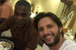 Michael Holding Visited Shahid Afridi S Residence In Karachi For Dinner With Saeed Anwar