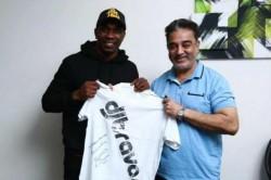 Kamal Haasan Gets Signed T Shirt From Chennai Super Kings Star Dwayne Bravo