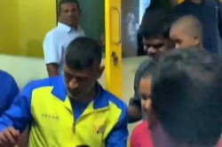 Ms Dhoni Met His Little Fan In Chennai After Practice Session With Csk Camp At Chepauk
