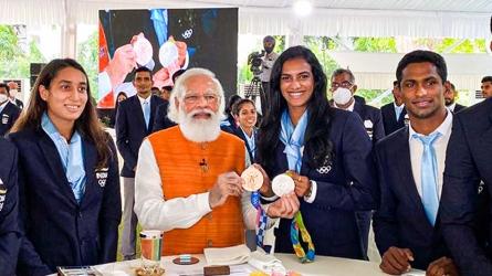 Olympics 2020: పీవీ సింధుకు ఐస్క్రీం.. నీరజ్ చోప్రాకు చుర్మా తినిపించిన ప్రధాని మోదీ!!