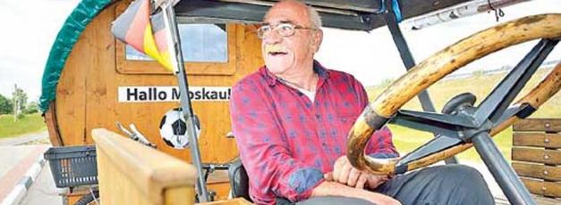 భిన్నంగా ఫిఫా వరల్డ్ కప్కు: 82 ఏళ్ల కిందటి ట్రాక్టర్తో అభిమాని